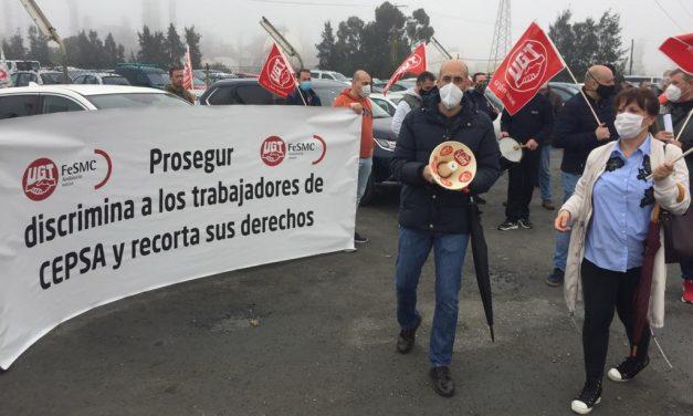 Vigilantes de Prosegur se concentran frente a la refinería de Cepsa en Huelva